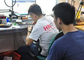 Giám sát trực tiếp kỹ thuật thay màn hình laptop